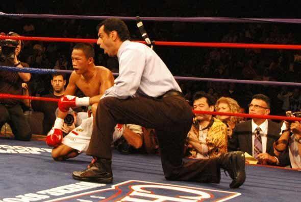 Yordan cayó en el tercer round y recibió conteó de protección.