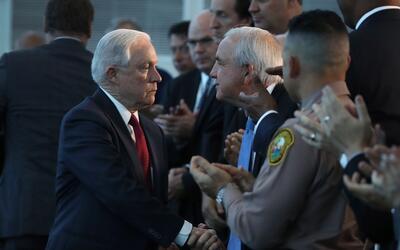 Sessions saluda al alcalde de Miami-Dade, Carlos Giménez.