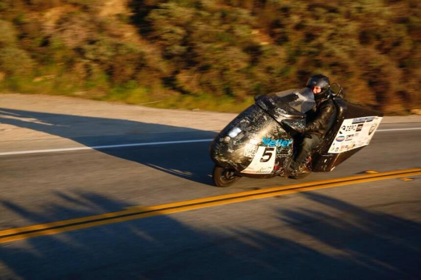 Terry Hershner circula en su moto eléctrica