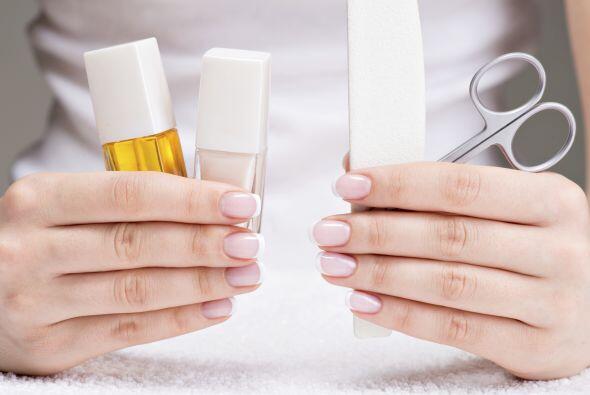 Limpia. Elimina rápidamente el aceite de tus uñas con un a...