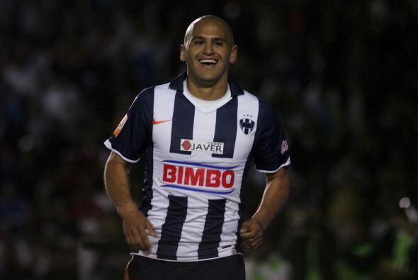 Humberto 'Chupete' Suazo se rapa su cabeza antes de cada partido.