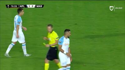 Tarjeta amarilla. El árbitro amonesta a Dimitri Payet de Marseille