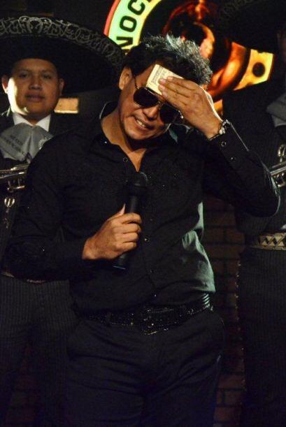 Roy Ramos cree puede seducir mujeres imitando a Luis Miguel.