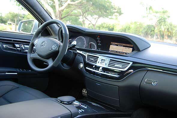 Por dentro, al tradicional lujo de la Clase S de Mercedes-Benz, se le su...