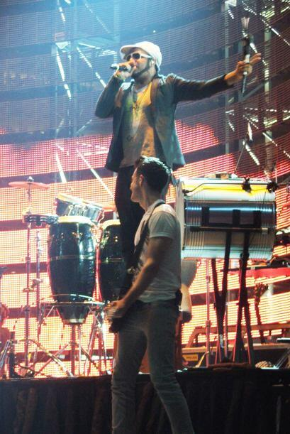 Y tuvo un artista invitado que también estuvo con él en el escenario.