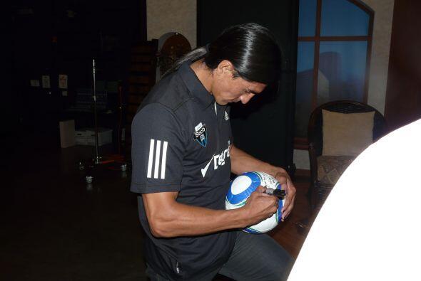 Durante su visita a Univision 45, Paco autografió un balón. (Foto cortes...