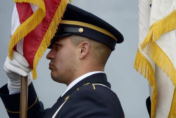 Un guardia de honor prepara su bandera para una ceremonia del Día de los...