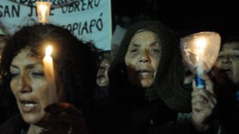 Familiares de los mineros atrapados en Copiapó, Chile, realizan una vigi...