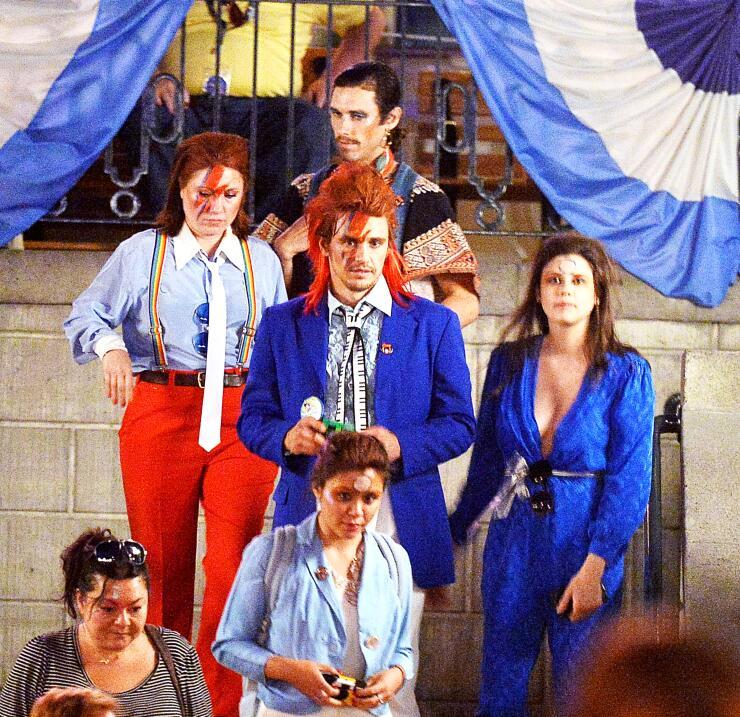 """El famoso sacó su """"David Bowie"""" interno en el parque de atracciones."""