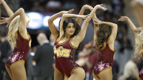Las hermosas cheerleaders de los Cavaliers llenan de energía a to...