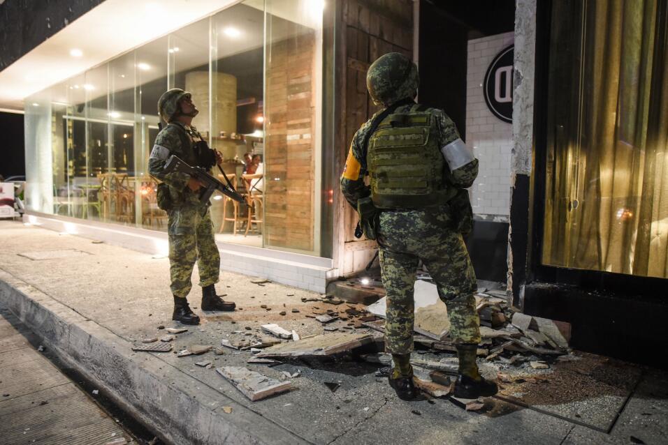 Miembros de la Armada mexicana evalúan daños en una edific...