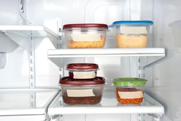 No llenes al máximo los recipientes que van al congelador. Recuerda deja...
