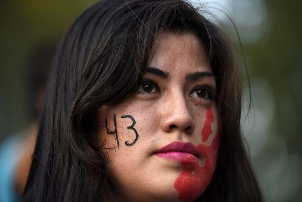 Una joven manifestante marcha con el contingente.