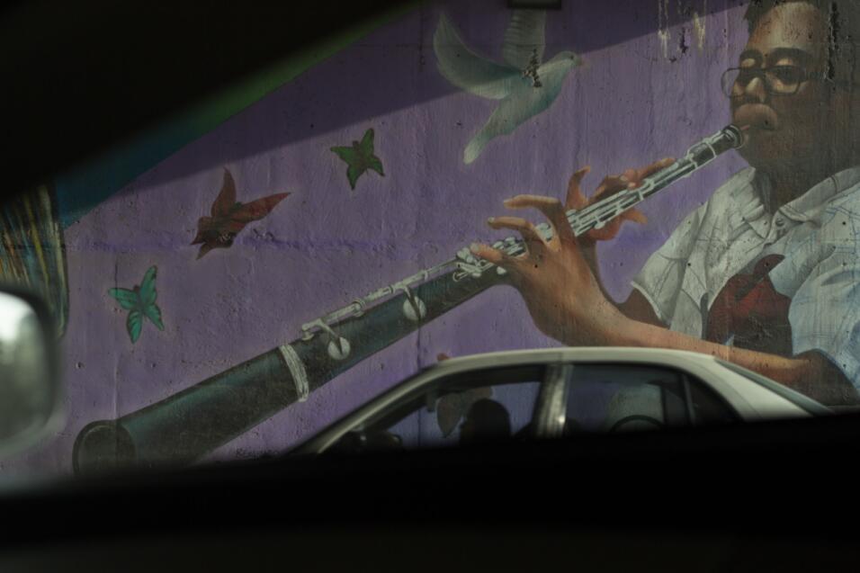 Un mural acompaña a los conductores de la frontera.