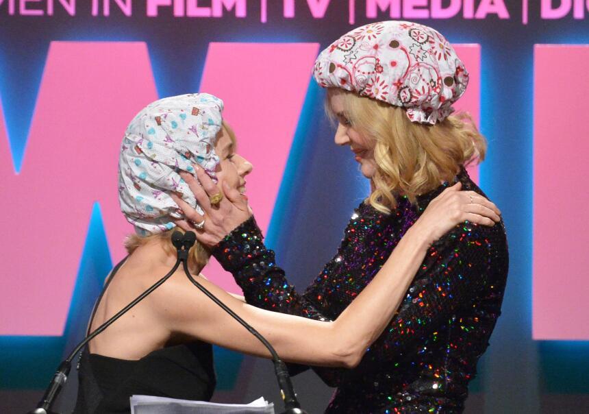 Naomi y Nicole beso