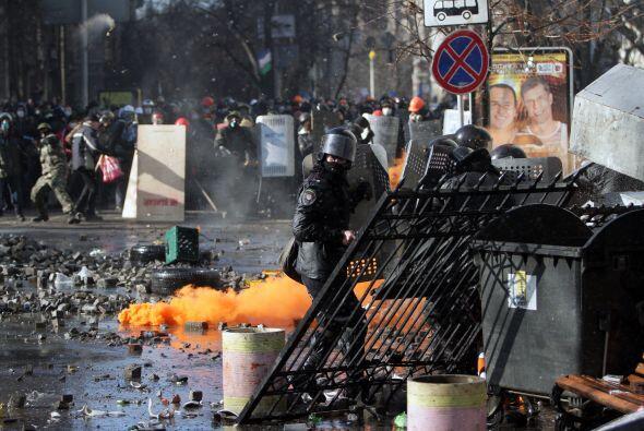 La policía ucraniana cercó hoy a los manifestantes en el corazón de las...
