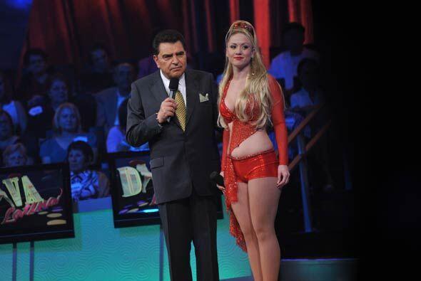 Al final de su actuación, Don Francisco la felicitó para después recibir...
