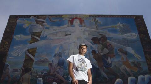 El artista Dhear frente a su mural, en el Hospital Homeopático, e...