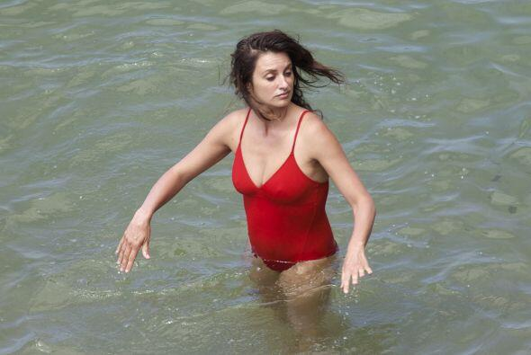 Se metió al mar en un traje de baño rojo. Mira aquí los videos más chism...