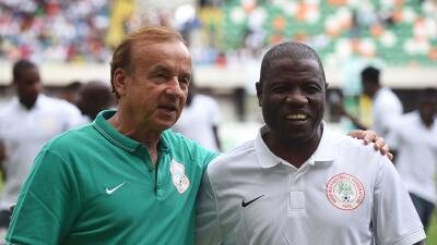 Entrenador de la selección de Nigeria es grabado recibiendo soborno