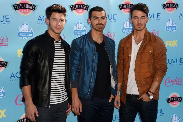 Y continuamos con los jóvenes cantantes. Kevin, Joe y Nick Jonas quienes...