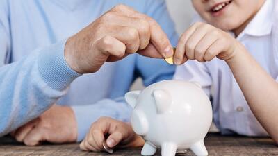 Los errores que cometen los padres en la educación financiera de sus hijos