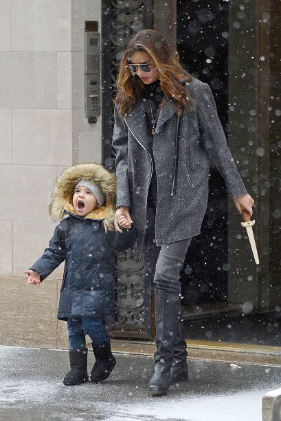 El pequeño Flynn se emocionó mucho con la nieve, parece que es la primer...