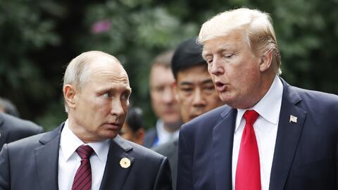 Los presidentes Trump y Putin conversan durante la cumbre de líde...