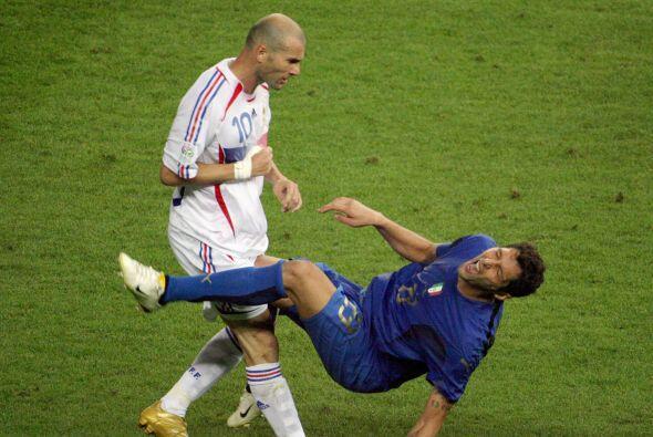 Un defensa desquiciante era el italiano Marco Materazzi, poco a poco min...