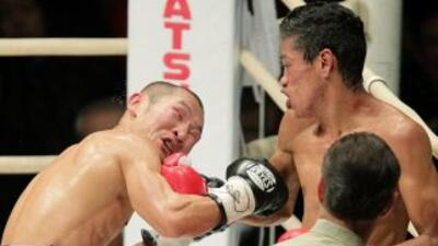 Tomás Rojas golpea sobre Nashiro en su defensa en Osaka.