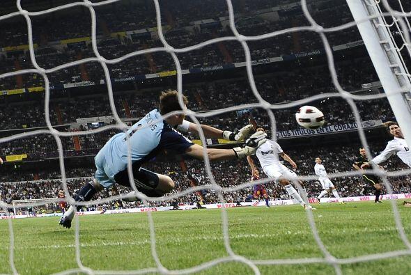 Sobre el final de la primera parte una gran combianación entre Messi y V...