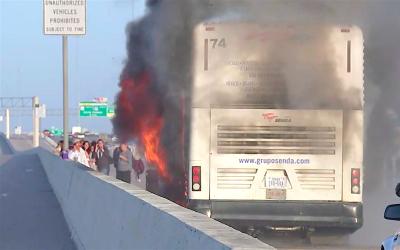 Los 23 pasajeros del autobús lograron abandonar el vehícul...