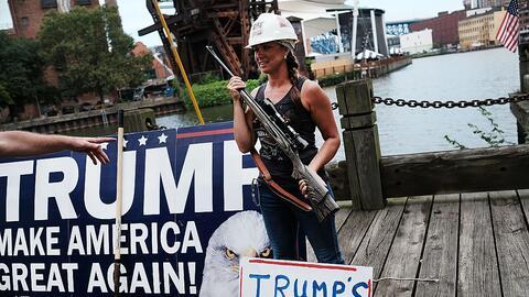 Seguidora de Trump muestra en Cleveland su apoyo a la construcció...