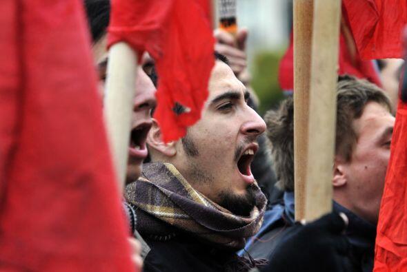 Cerca de 2 mil obreros navales se manifestaron en el puerto de El Pireo,...