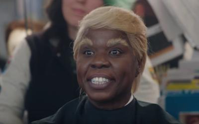 Leslie Jones transformada para interpretar al presidente Donald Trump.