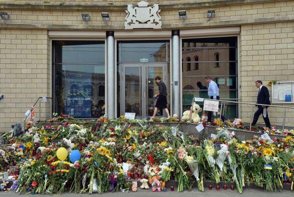 Otro santuario dedicado a las víctimas se montó afuera de la embajada de...
