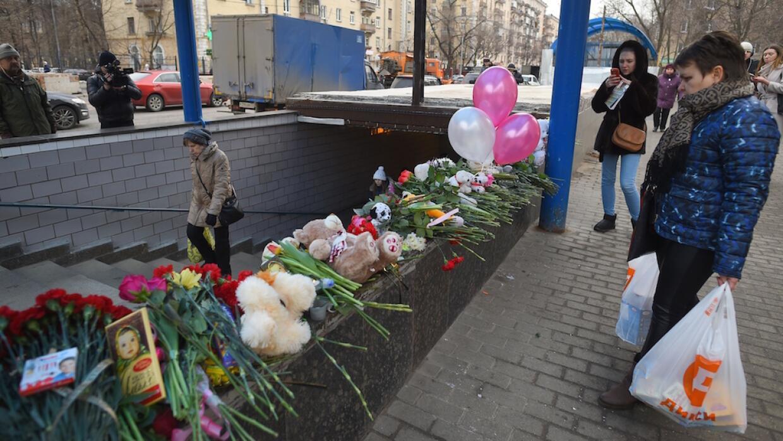 Flores en el metro de Moscú por el asesinato de