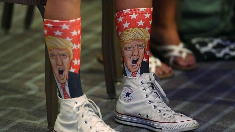 Un simpatizante de Trump le escucha en Miami Beach durante una intervenc...