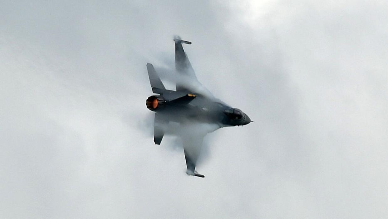 El avión caza Su-30 chino pasó invertido sobre el aparato...