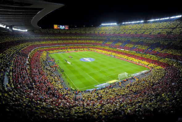 Un pletórico estadio Camp Nou recibió la última edición del 'derby' espa...