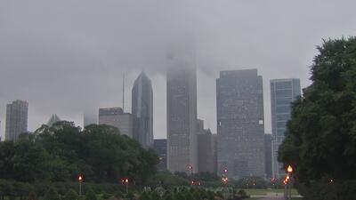 A pesar de las fuertes lluvias, turistas y residentes no dejan de disfrutar de las atracciones de Chicago