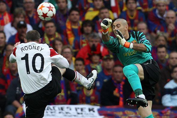 Un mal rechazo de la defensa 'culé' y Wayne Rooney no pudo llegar. Victo...