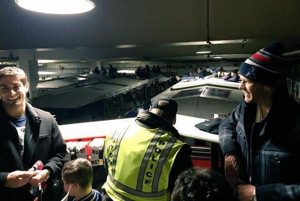 Los jugadores abordaron los camiones muy emocionados por el encuentro co...