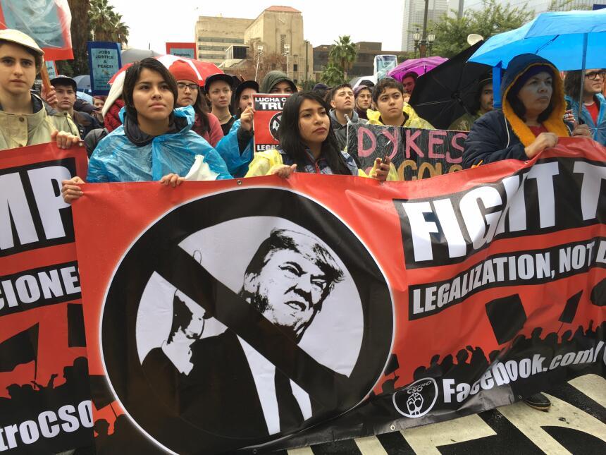 Miles de personas desafiaron la lluvia para protestar en el centro de Lo...