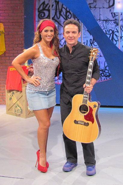 Con guitarra y unos tenis morados, Fonseca cantó con todo el corazón.