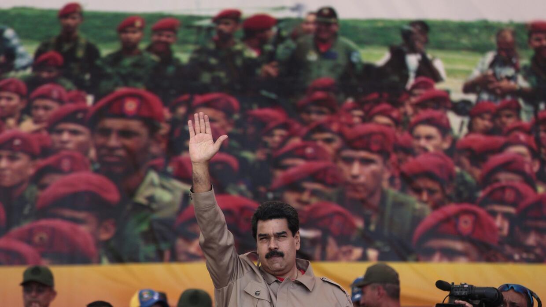 Nicolás Maduro saluda a las tropas de la Guardia Nacional durante un des...