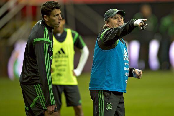 Héctor Moreno fue anunciado como titular en la defensa central al lado d...