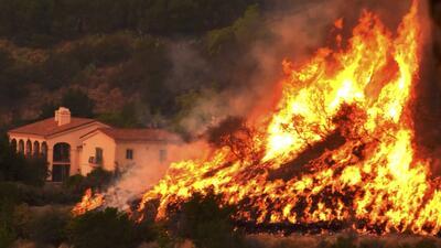 El incendio Thomas se extiende por los condados de Ventura y Santa Bárbara.