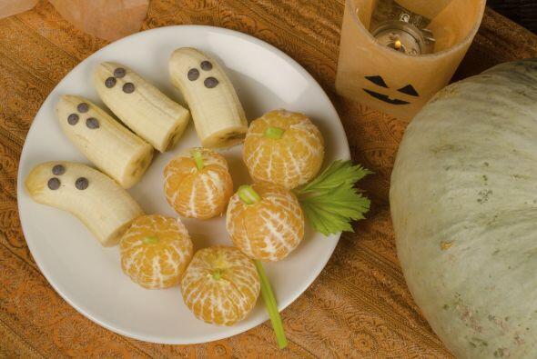Fantasmas y calabazas… ¡con frutas! Esta idea es muy fácil de hacer y qu...