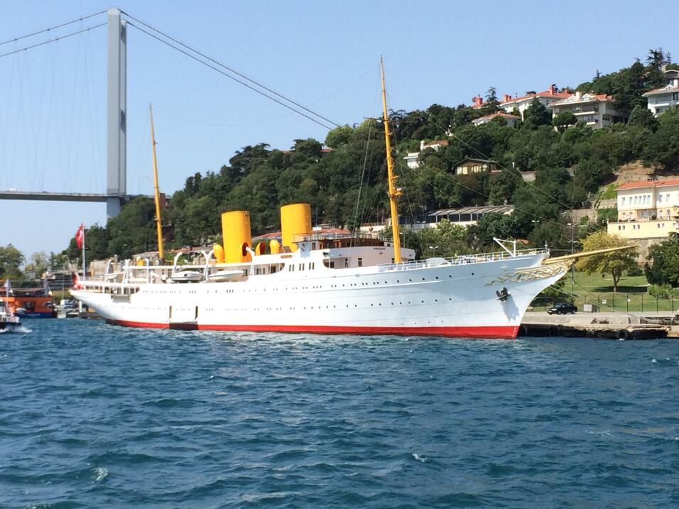 Savarona mide 446 pies de largo, y cuenta con pileta, sala de baño turco...